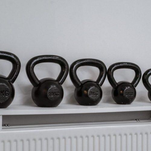 De gewichten worden gebruikt tijdens revalidatietraining